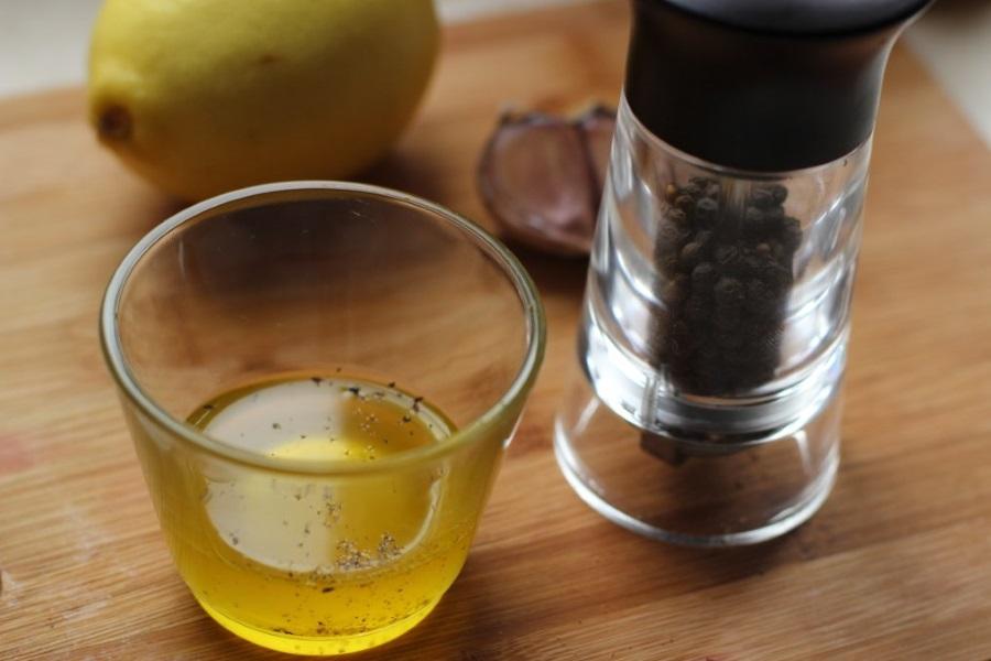 Приготовление зеленого салата с яблоками, брынзой и миндалем