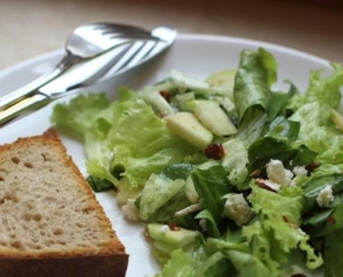 Рецепт зеленого салата с яблоками, брынзой и миндалем