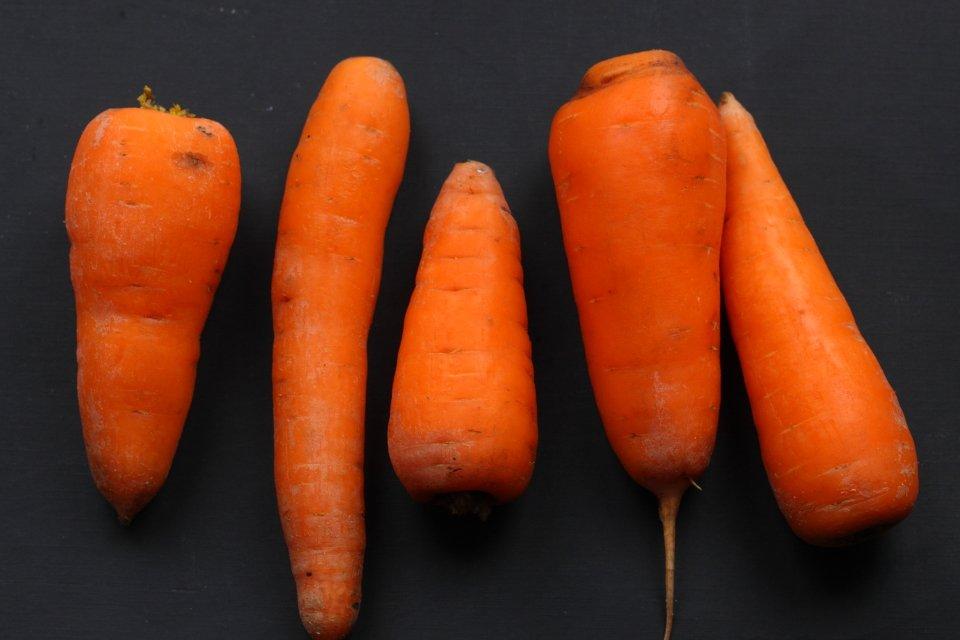 Салат из морковки с тахинной заправкой, изюмом и миндалем