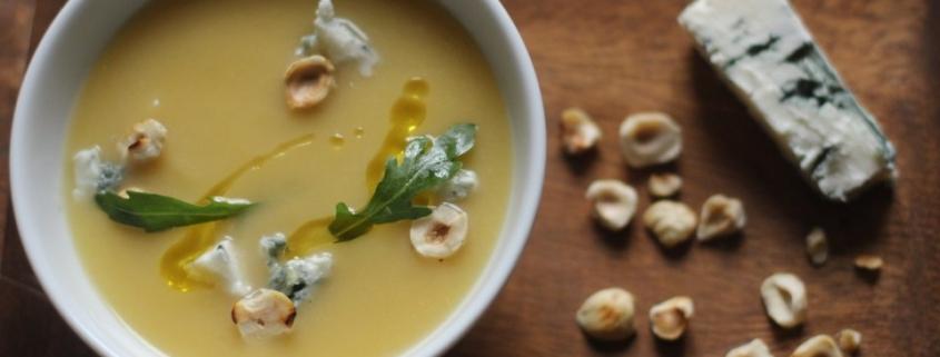 Крем-суп из тыквы и груши с фундуком и голубым сыром