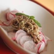 Гречневая лапша в японском стиле со свежим редисом