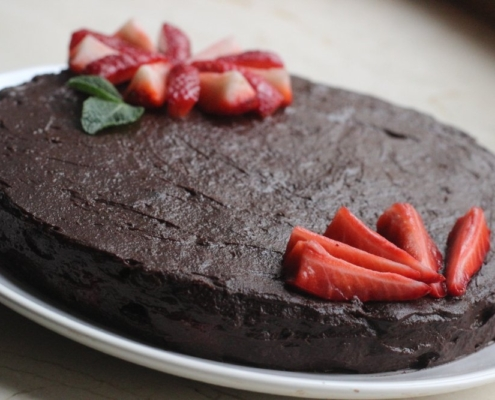 Шоколадно-ореховый торт с клубникой