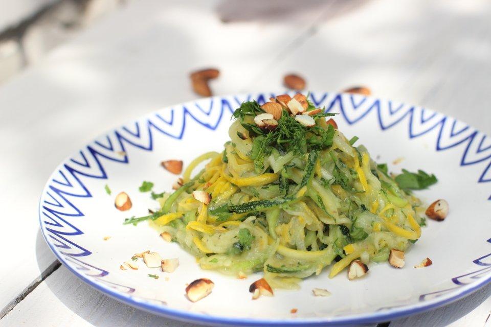 Спагетти из кабачков под огуречным соусом