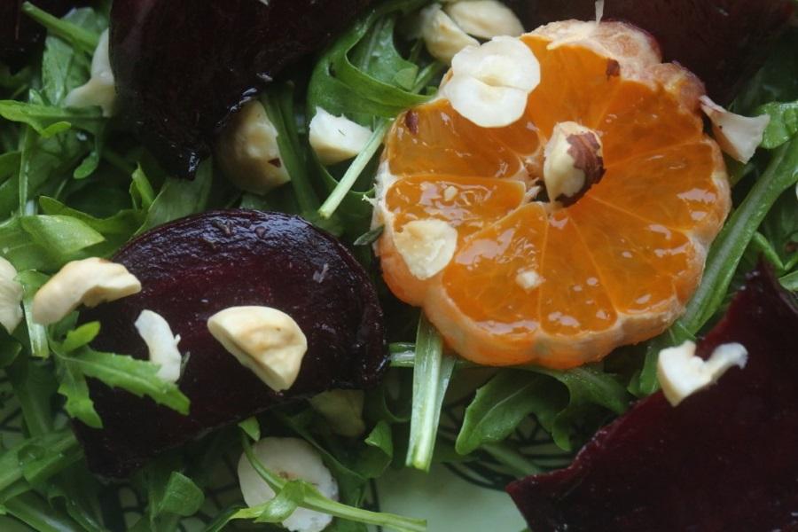 салат из свеклы, запеченной с тимьяном, зелени и мандаринов