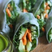 Свежие овощные роллы с авокадо и щавелем