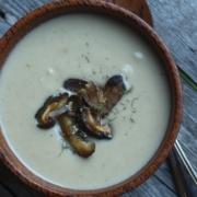 Шелковистый суп из цветной капусты и корня сельдерея с запеченными грибами