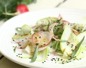 Салат из огурцов, редиса и кабачка с кунжутом